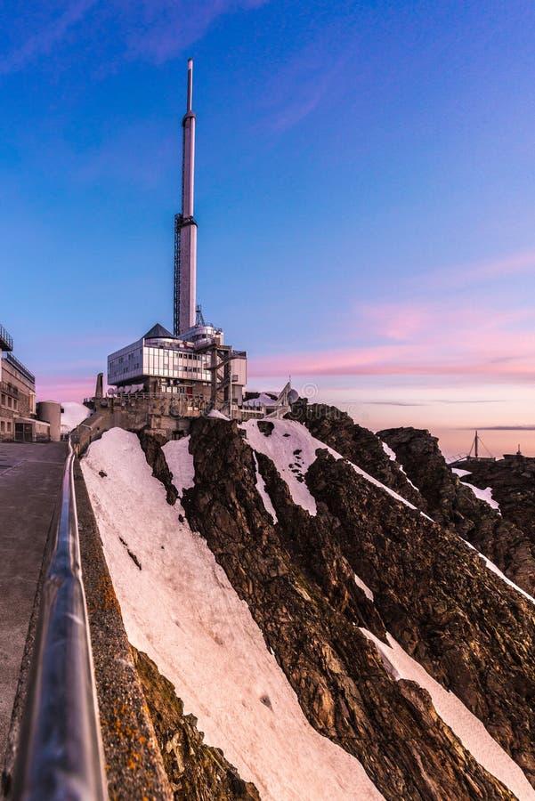 Pic du Midi TV-utsändningantenn, Frankrike royaltyfria bilder