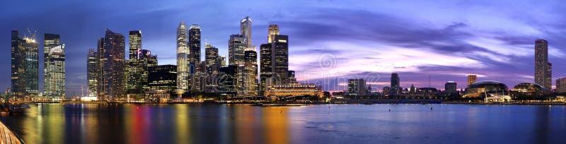 PIC panoramique d'extra large de cr?puscule de Singapour photos libres de droits