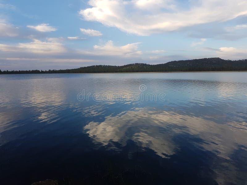 Pic van de Hey schitterende spiegel van de wolken op een meer royalty-vrije stock afbeelding
