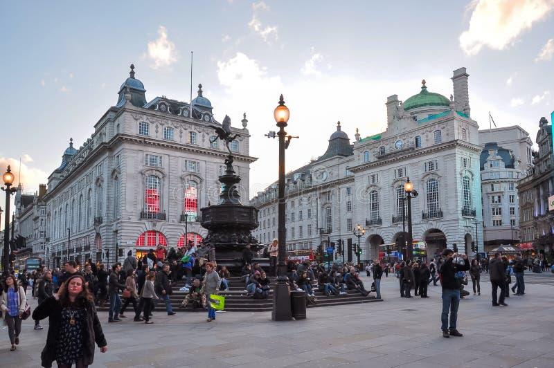 Picadilly马戏的在日落,伦敦,英国人们 库存图片