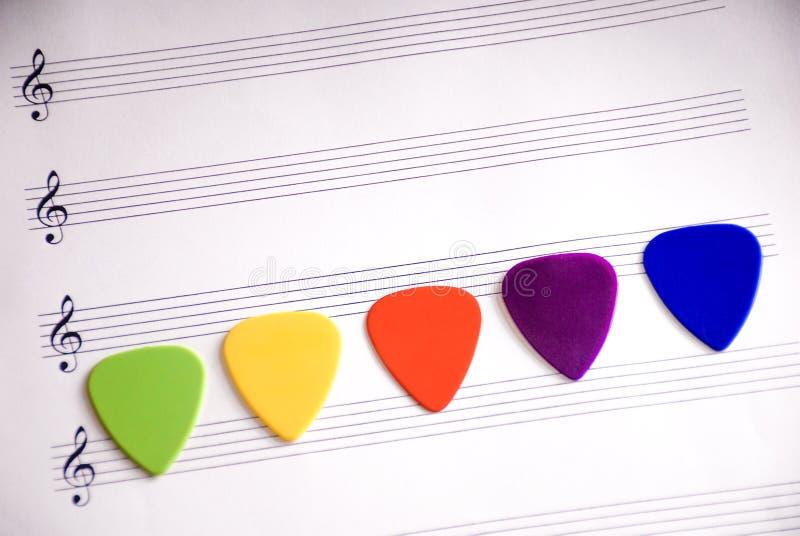 Picareta colorida da guitarra em uma folha vazia fotos de stock
