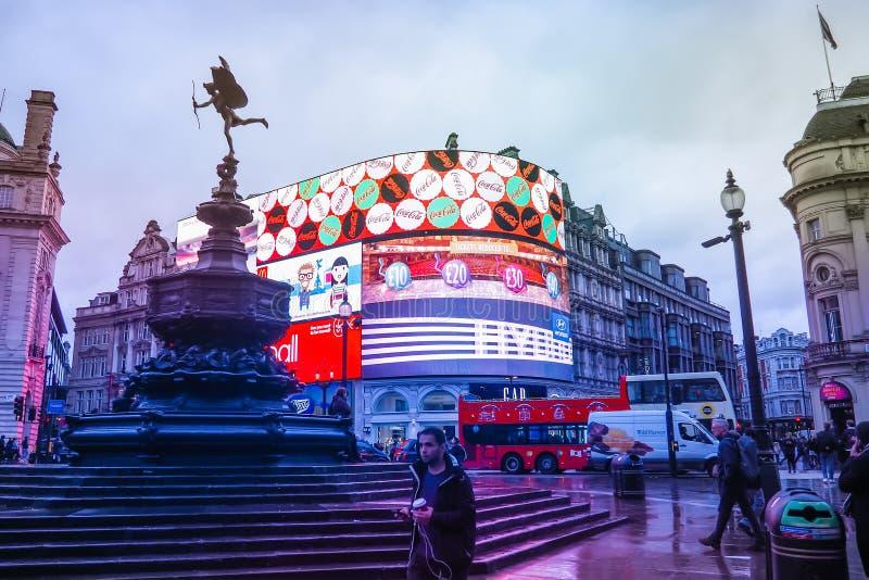 Piccadilly Circus é um marco famoso de Londres e um destino ocupado para turistas fotos de stock royalty free