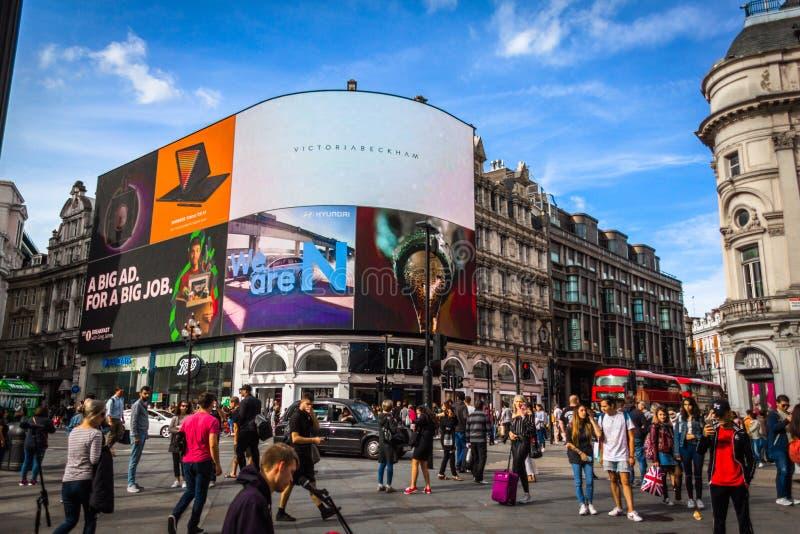Piccadilly Circus med en röd buss arkivbilder