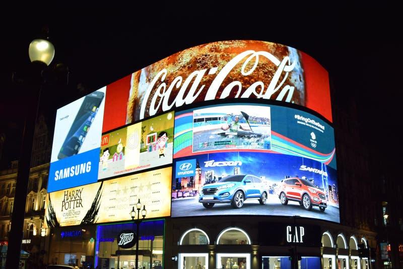 Piccadilly cirkus - annonser royaltyfria foton