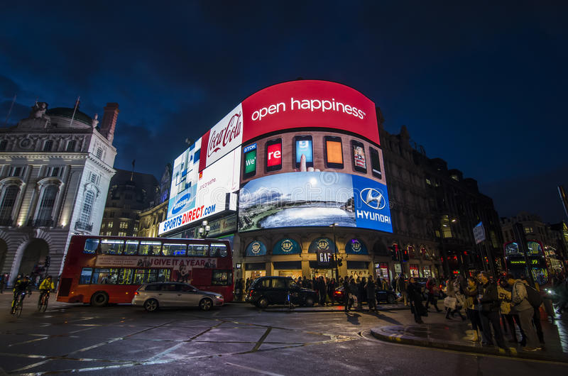 Piccadilly cirkus på natten royaltyfria bilder