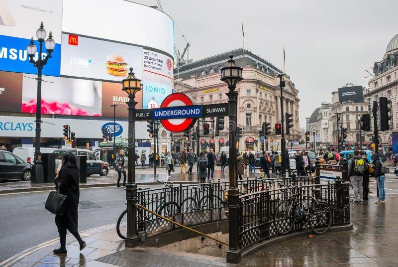 Piccadilly cirkusingång/utgång till tunnelbanan arkivbild