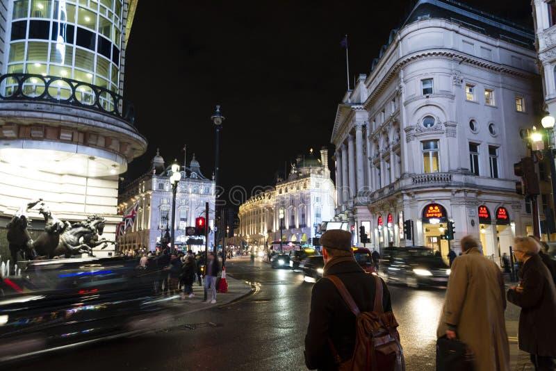 Piccadillycircus in het centrum van Londen bij nacht De stad van de avond stock foto's