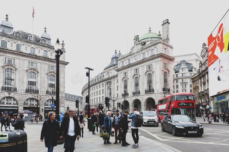 Piccadillycircus, verkeersverbinding en het belangrijke winkelen, vermaakgebied in het Westeneind, stad van Westminster, Londen stock foto