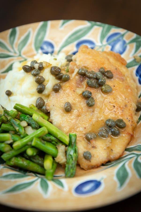 Piccata da galinha com batatas trituradas imagem de stock