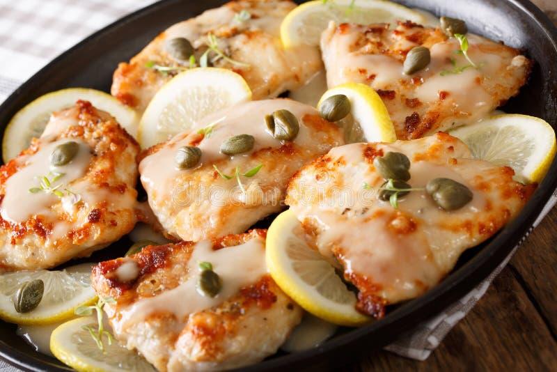 Piccata italiano del pollo con la salsa, el limón y el primer de las alcaparras H fotografía de archivo libre de regalías
