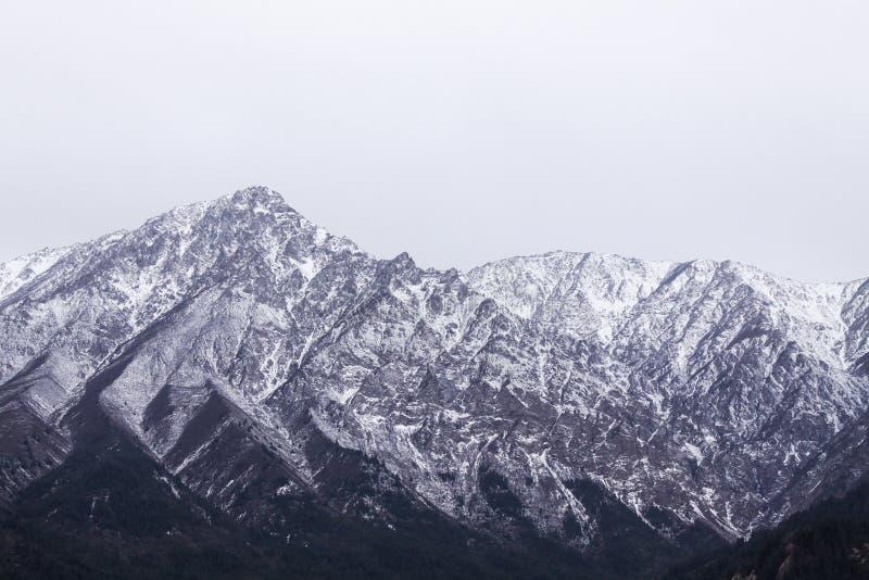 Picchi di montagna innevati, Cina fotografia stock