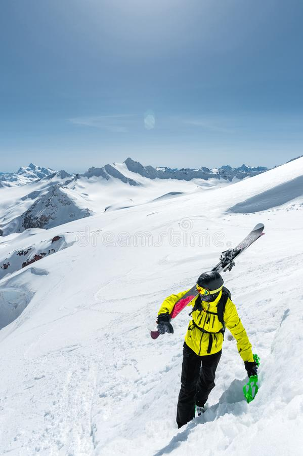 Picchi di montagna innevati di inverno in Caucaso Grande posto per gli sport invernali fotografia stock
