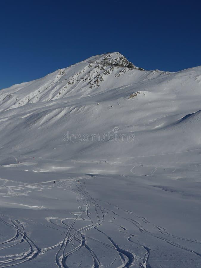 Picchi di montagna innevati di inverno in Europa Grande posto per il po immagine stock