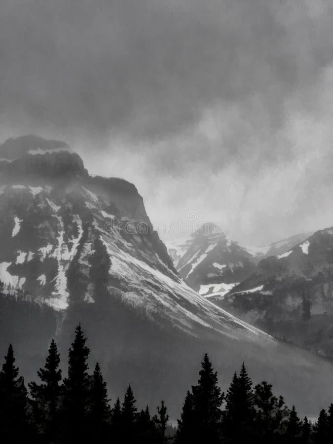 Picchi di montagna ricoperti neve con le nuvole di tempesta fotografia stock