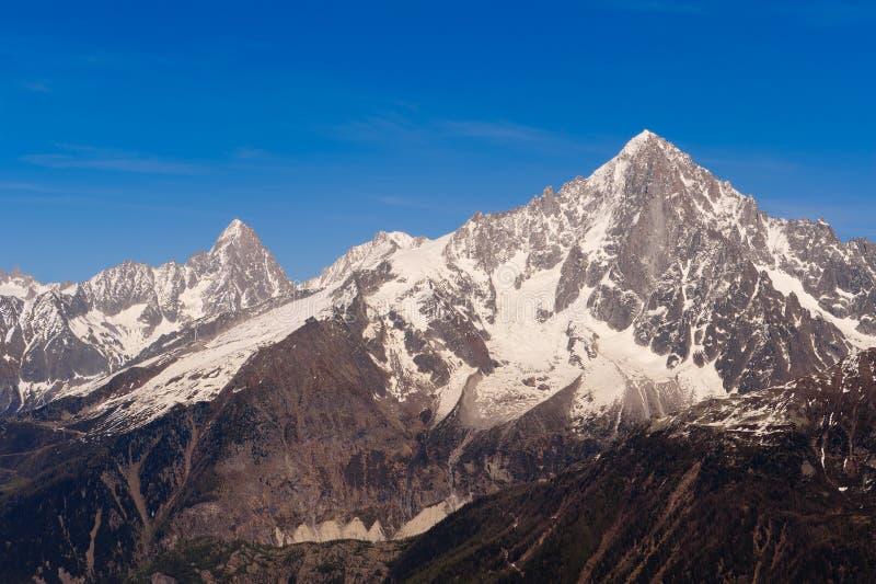 Picchi di montagna Snowbound. Alpi francesi fotografia stock libera da diritti