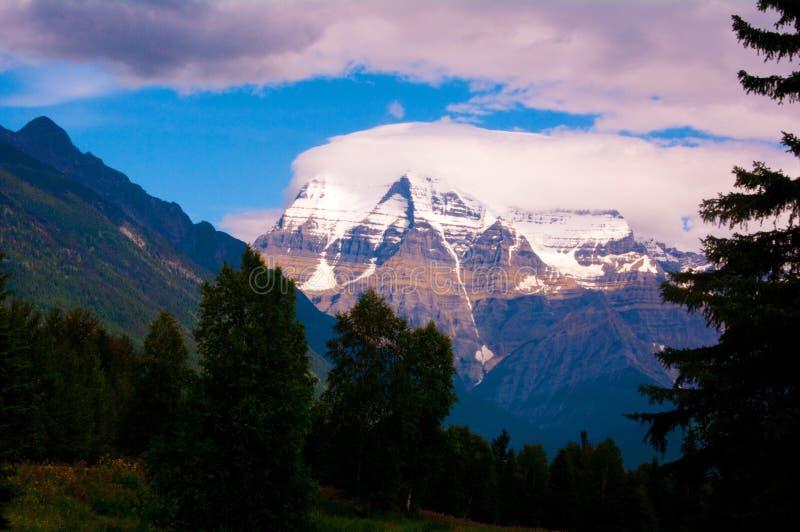 Picchi di montagna di Snowy nel parco nazionale di Banff fotografia stock
