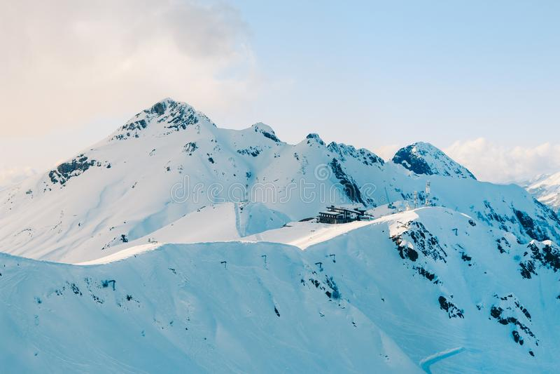 Picchi di montagna di Snowy di Soci fotografia stock