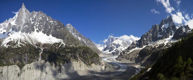 Picchi in neve e ghiacciaio Chamonix-Mont-Blanc vicina fotografie stock libere da diritti