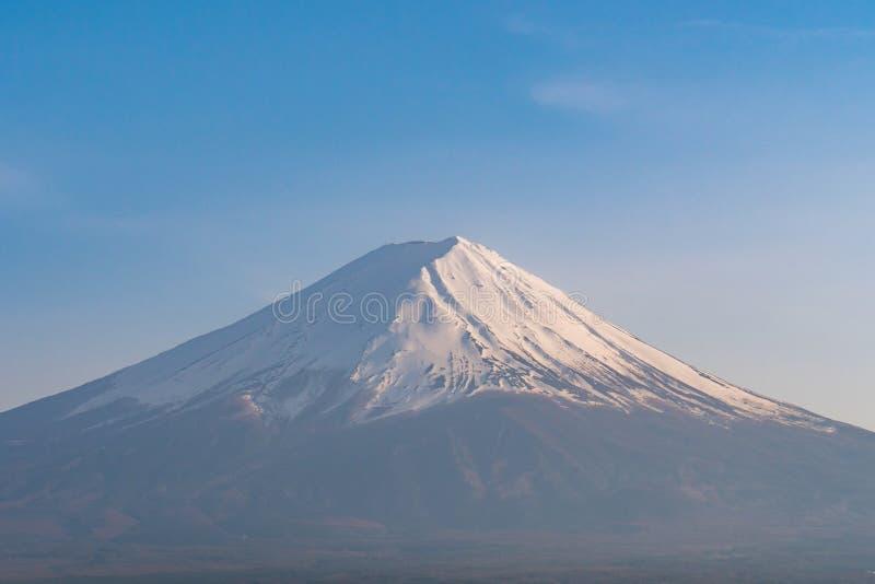 Picco del supporto Choc Fuji con cielo blu nella stagione primaverile fotografia stock libera da diritti
