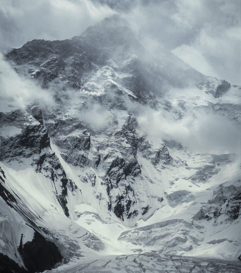 Picco di Khan Tengri una tempesta di inverno 7010m immagini stock