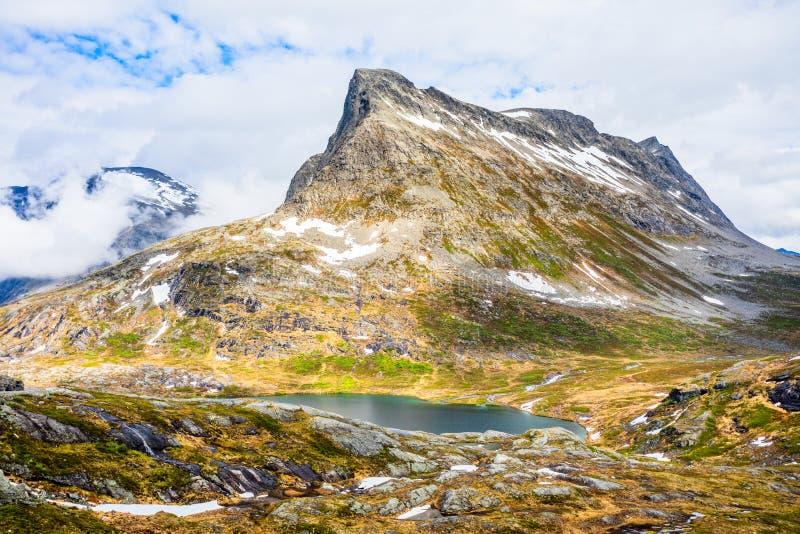 Picco di montagna della neve intorno a panorama del lago Alnesvatnet, percorso dei trolles, Trollstigen, comune di Rauma, più og  fotografia stock libera da diritti