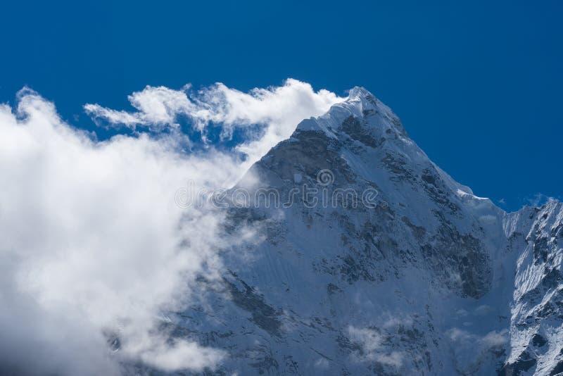 Picco di montagna di Ama Dabalm con la nuvola sulla cima, regione di Everest, Nepa fotografia stock libera da diritti