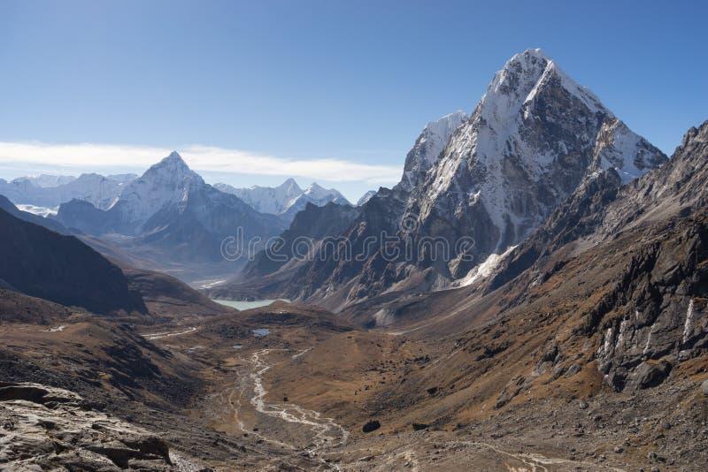 Picco di montagna di Ama Dablam e picco di montagna di Arakam dal passo di danza di Chola fotografia stock libera da diritti