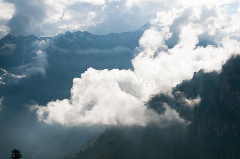 Picco di montagna protetto in nubi fotografia stock