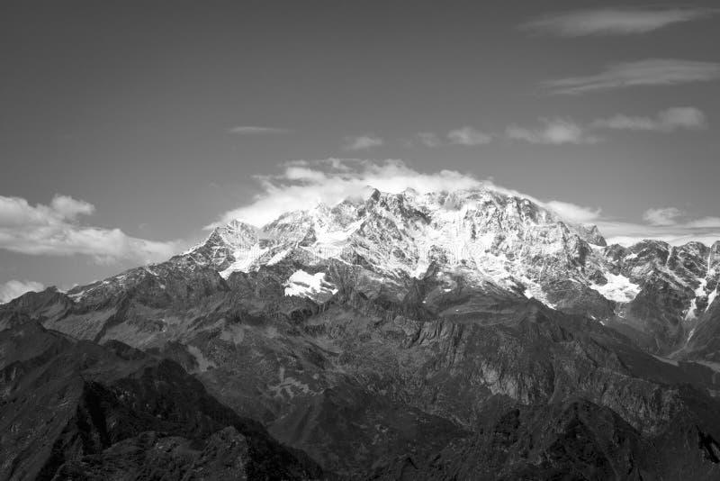 Picco di Monte Rosa nel monocromio immagini stock libere da diritti