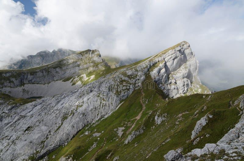 Picco di Seekarlspitze nelle alpi di Rofan con il cielo nuvoloso qui sopra, le alpi di Brandenberg, Austria, Europa immagine stock libera da diritti