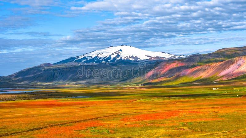 Download Picco Di Snaefellsjoekull E Paesaggio Variopinto E Selvaggio Islandese Fotografia Stock - Immagine di paese, nube: 117975474