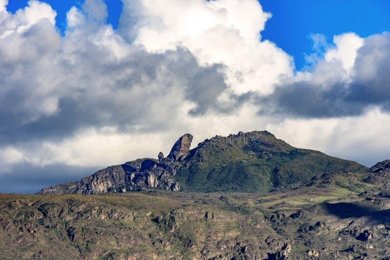 Picco famoso di Itacolomy situato nelle montagne intorno alla città di Ouro Preto immagini stock
