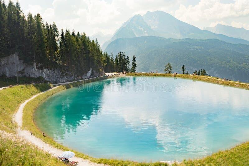 Picco rotondo blu della cima della montagna del lago glaciale alpino immagini stock libere da diritti