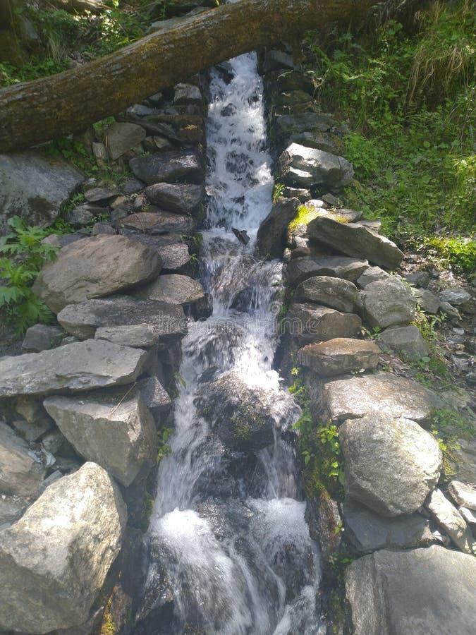 Piccola apertura per l'acqua sulle colline fotografia stock libera da diritti