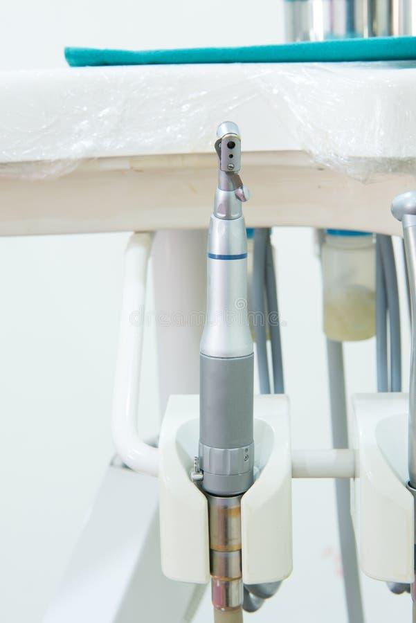 Piccola attrezzatura della clinica dentaria in gabinetto fotografia stock libera da diritti