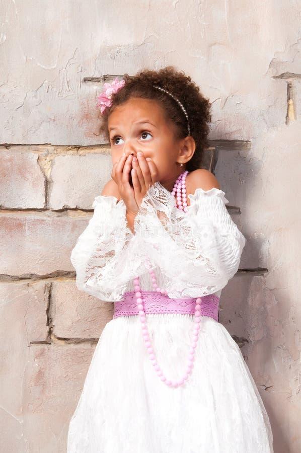 Piccola attrice La bella ragazza africana mostra le emozioni: timore, spavento, sorpresa fotografie stock libere da diritti