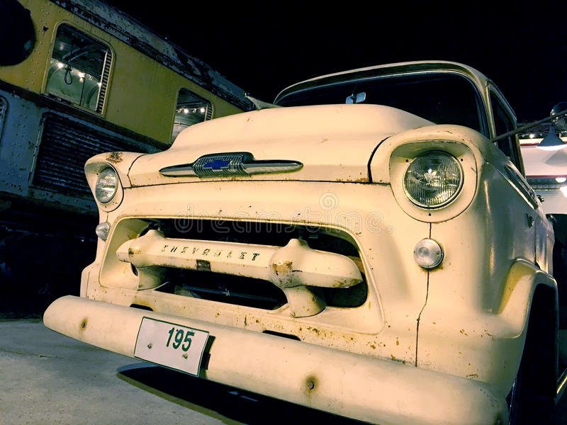 Piccola automobile d'annata di bianco di Chevrolet fotografia stock libera da diritti