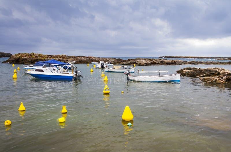 Piccola baia accanto alla spiaggia del Sa Olla, a sud di Menorca, Menorca, Isole Baleari, Spagna fotografia stock libera da diritti
