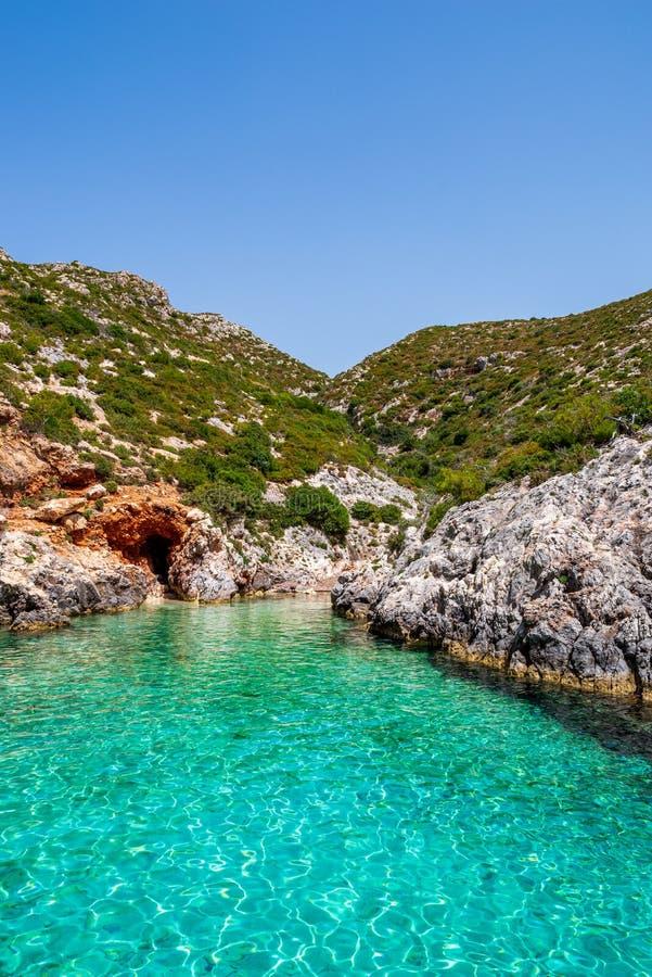 Piccola, baia paradisiacal di Oporto Limnionas con la vista sopra la radura, acqua del turchese e rocce coperte di cespugli, Zaci fotografia stock