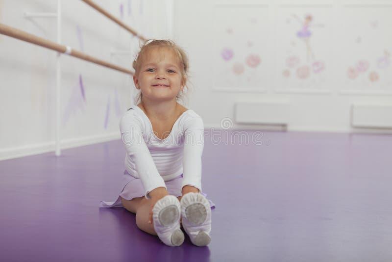 Piccola ballerina felice sveglia che si esercita alla scuola ballante fotografia stock
