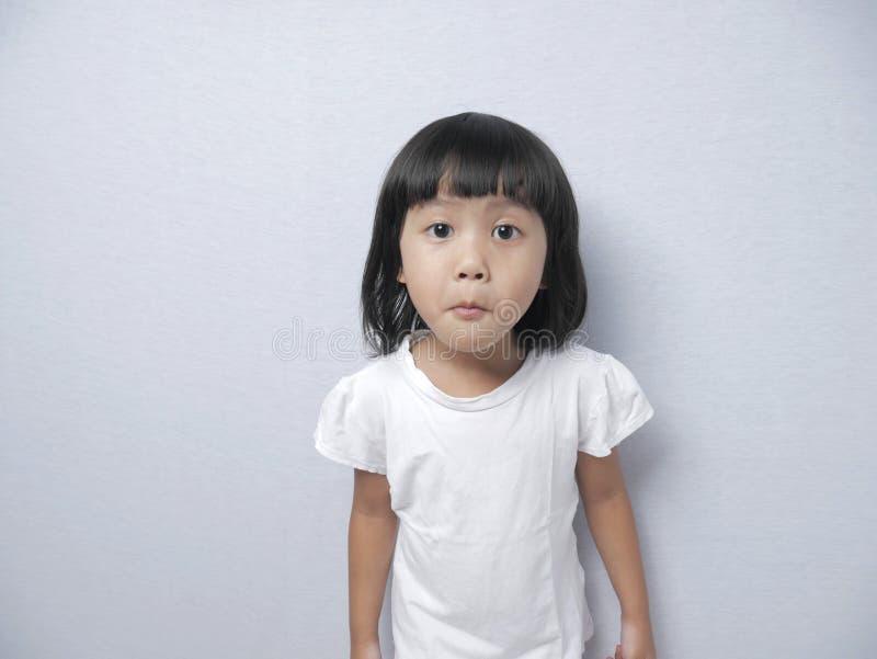 Piccola Bambina Con Espressione Di Curiosità immagini stock