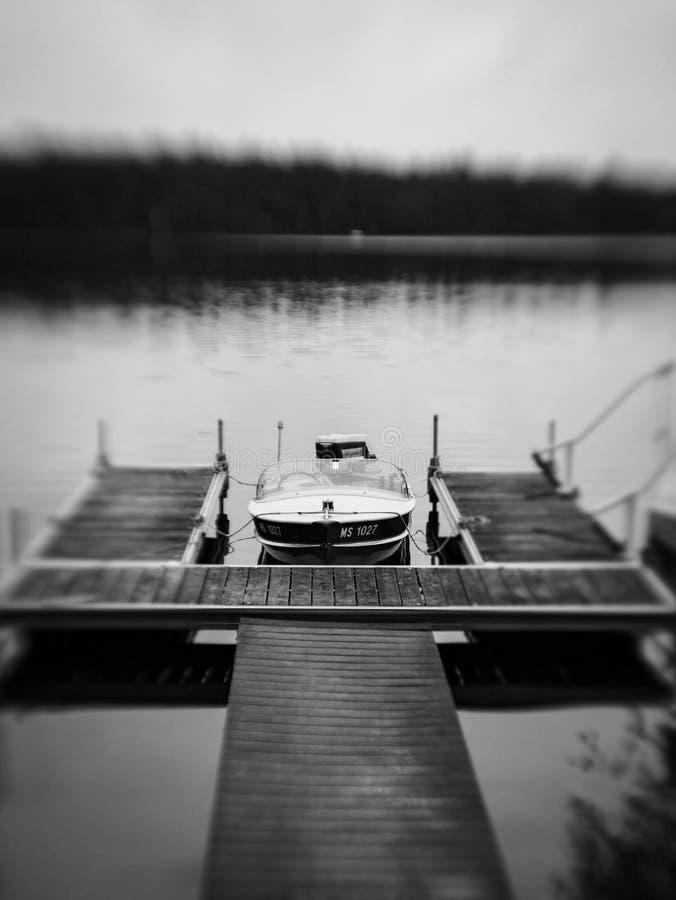 Piccola barca d'annata al bacino fotografie stock libere da diritti