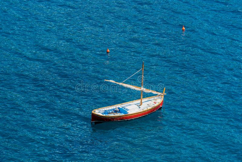 Piccola barca di legno con la vela in Italia marina fotografie stock libere da diritti