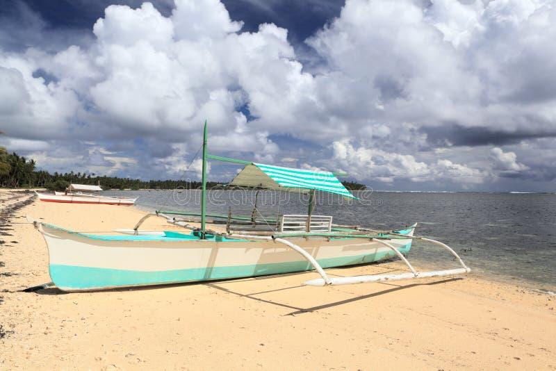 Piccola barca filippina sulla spiaggia immagine stock