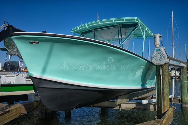 Piccola barca motorizzata in bacino di carenaggio fotografie stock libere da diritti