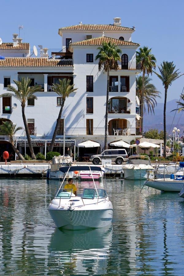 Piccola barca o yacht che tira nella porta di Duquesa in Spagna immagini stock libere da diritti