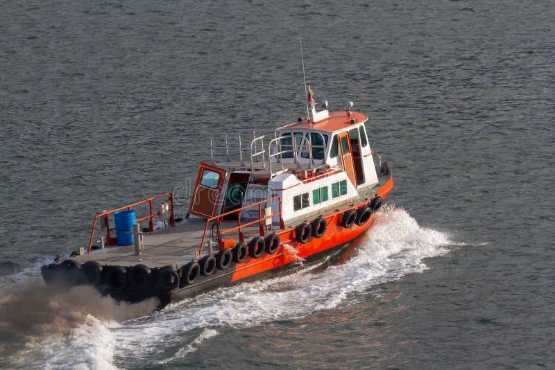 Piccola barca rivestita aperta del rifornimento in corso nell'area del porto immagine stock