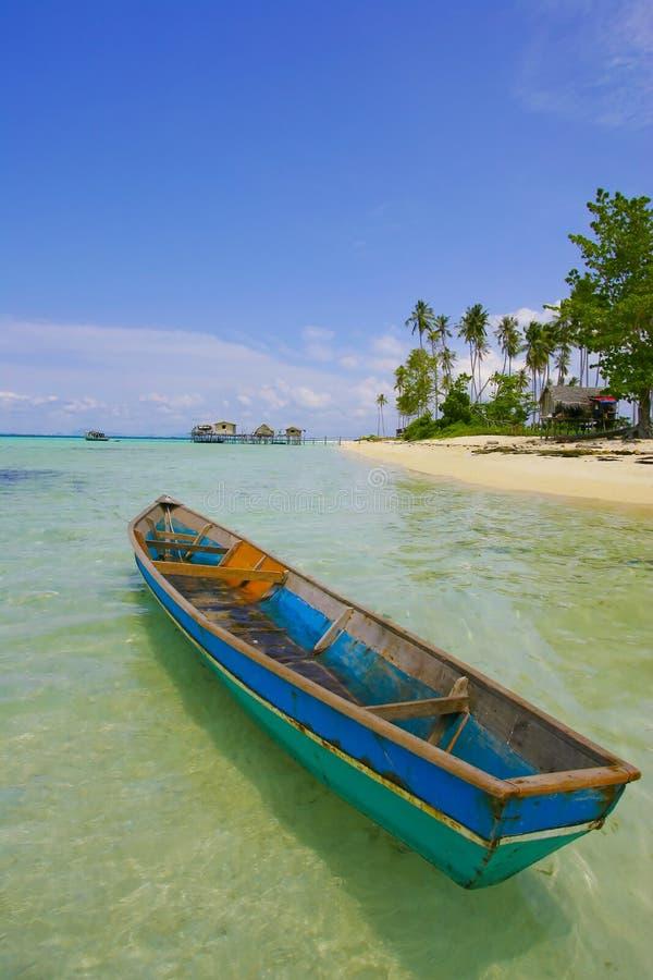 Piccola barca sola alla bella spiaggia fotografie stock libere da diritti