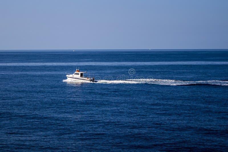 Piccola barca sul modo a Cirkewwa Malta immagine stock