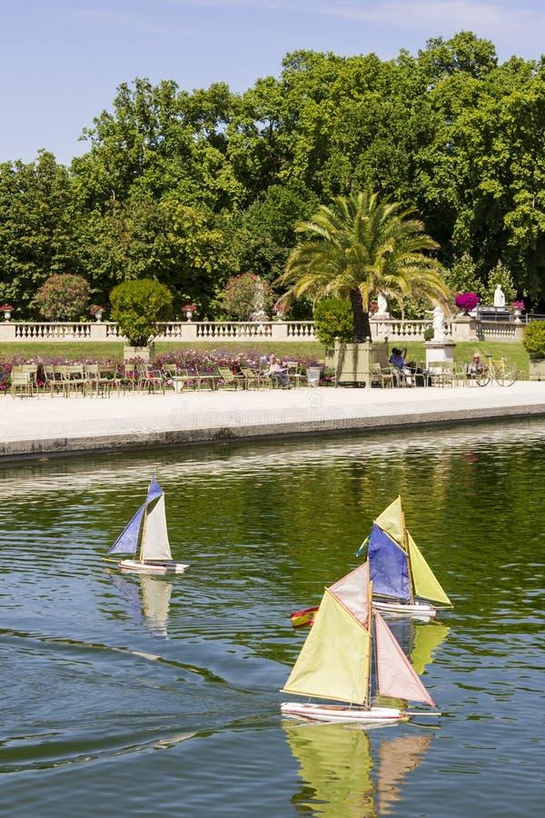 Piccola barca a vela di legno tradizionale nello stagno del parco Jardin immagine stock libera da diritti